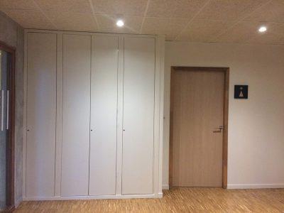 Hall d'entrée avec porte, placard et signalétique de Perspective
