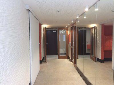 Hall d'entrée finition bois Songe d'une ville d'été