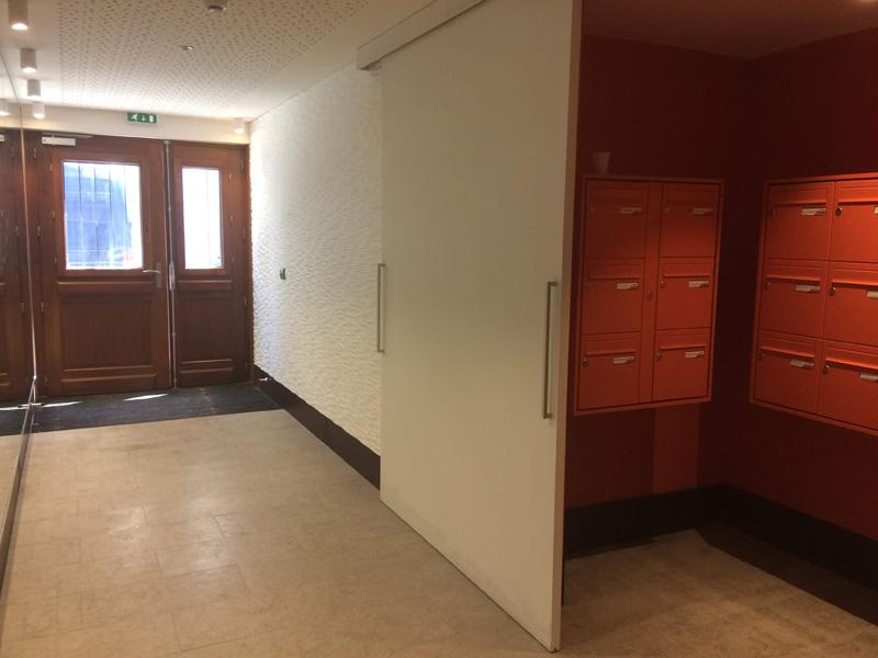Boîtes aux lettres et hall d'entrée avec porte en bois Songe d'une ville d'été